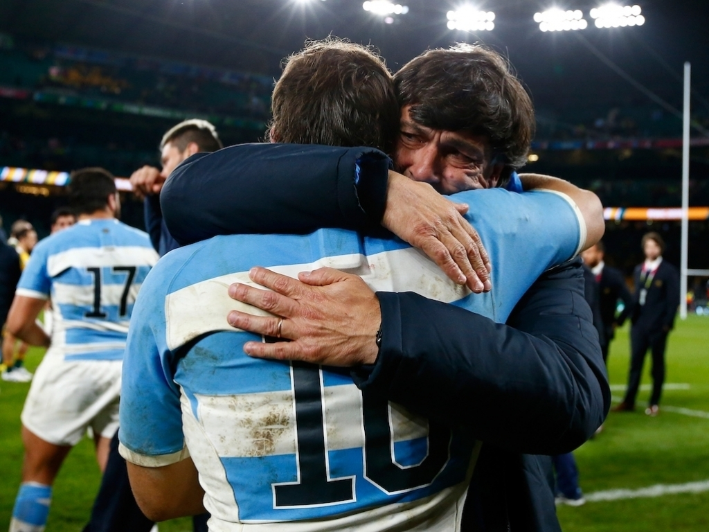 Daniel Hourcade abraza a Nicolas Sanchez luego del partido - Foto: PR